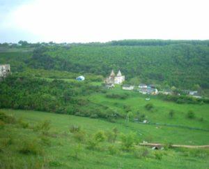 Замок, костел, дитячий табір і міст через ріку