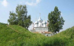 Крестовоздвиженский собор и валы города Романова