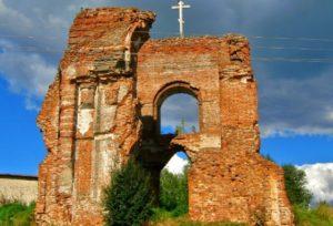 Руины колокольни Вознесенской церкви в поселке Вохма